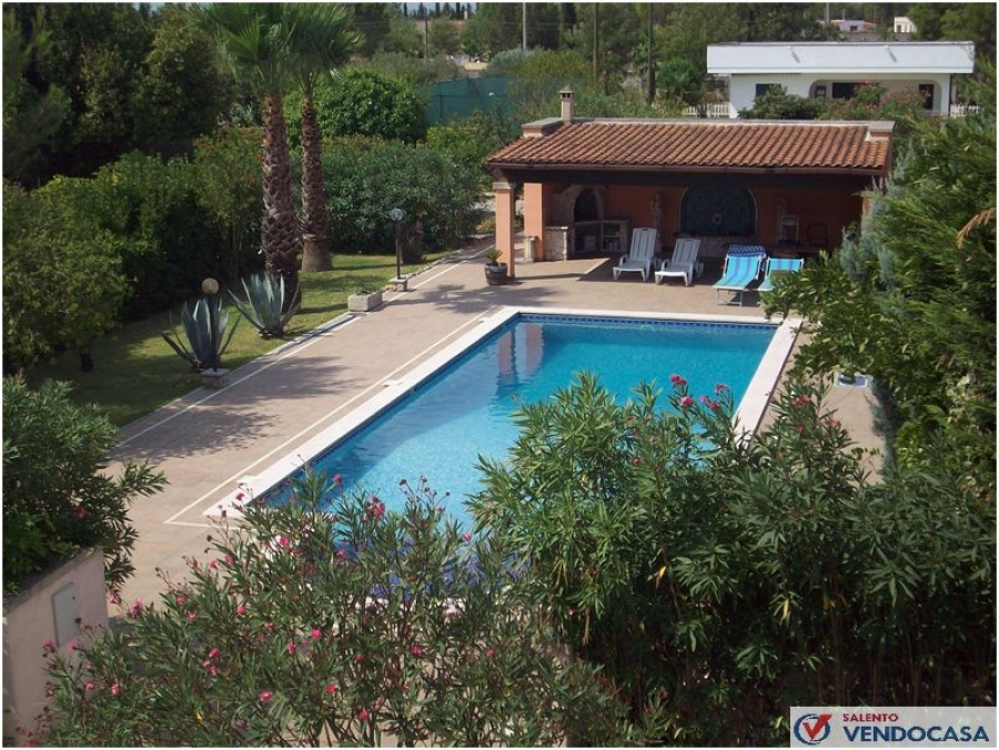 Villa con piscina a maglie salento vendo casa agenzia - Casa vacanza con piscina salento ...